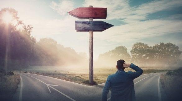 osoba na križovatke, rozhodnutie, akým smerom sa vydať, byť majiteľom a manažérom v jednej osobe?