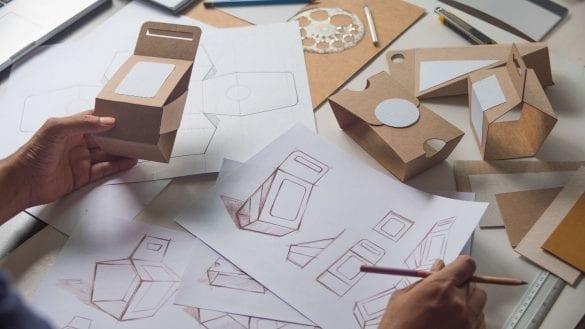 dizajnér navrhuje obal, nákresy, papierové obaly, prototypy