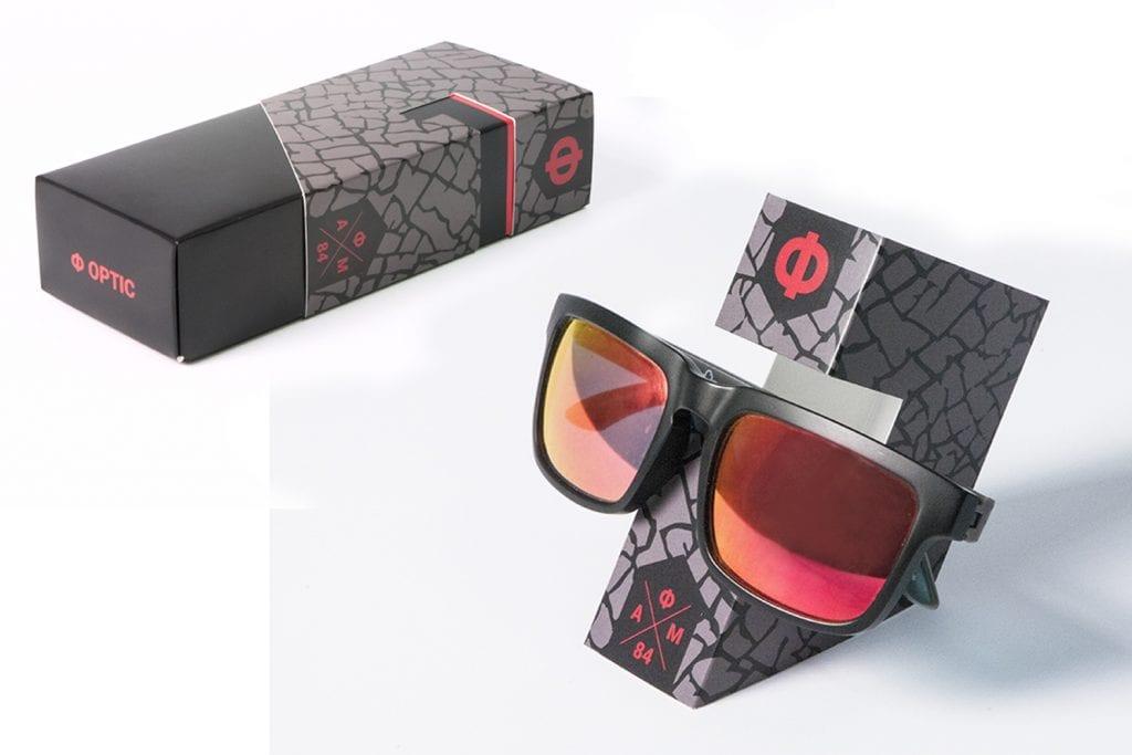 krabička na okuliare, na ktorej je nasunutá papierová časť, ktorú po sňatí z krabičky možno používať ako stojan na okuliare