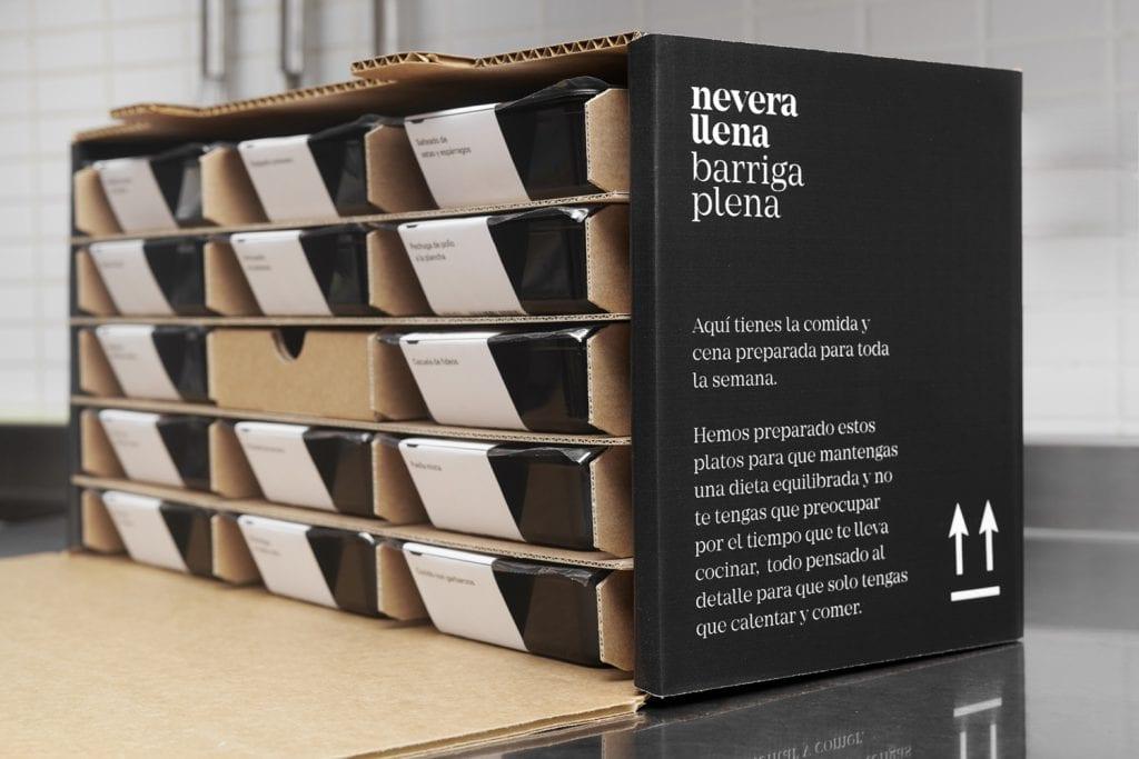 krabica rozdelená do 15 častí - zásuviek, v ktorých sú uložené misky s jedlom